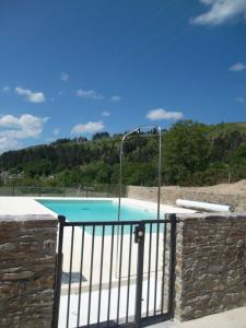 Vue sur la piscine de l'établissement Village de Gîtes de Barre-des-Cévennes ou sur une piscine à proximité