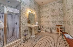A bathroom at Fort Conde Inn - Mobile