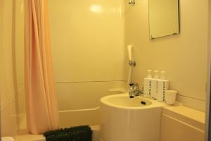 A bathroom at K's House Hostels - Mt.Fuji Lake Kawaguchiko