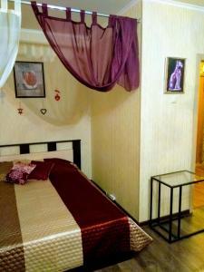 A bed or beds in a room at Kvartira metro Novokosino