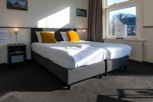 A bed or beds in a room at Stad & Strandhotel Elisabeth