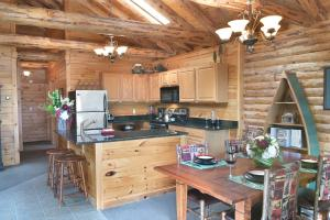 A kitchen or kitchenette at The Lodges at Cresthaven