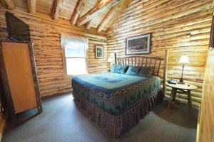 A bed or beds in a room at The Lodges at Cresthaven