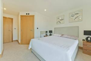 A bed or beds in a room at Comfortable two bedroom apt in the heart of Kings Cross Area