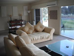 A seating area at Golf View Apartment 7
