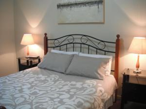 A bed or beds in a room at Golf View Apartment 7