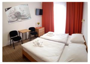A bed or beds in a room at Hotel Turist