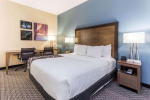 A bed or beds in a room at La Quinta by Wyndham Chicago Downtown