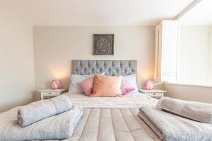A bed or beds in a room at AirStay Premium Apartment
