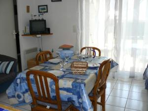 A restaurant or other place to eat at Reflets, appartement à Carnac