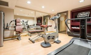 The fitness centre and/or fitness facilities at Ilunion Almirante