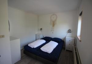 A bed or beds in a room at Holiday Park Dennenbos