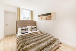 A bed or beds in a room at Stunning 3bed apartment in a Fantastic location
