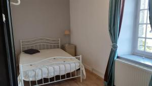 A bed or beds in a room at Holiday home Le Gite de Kerneuil