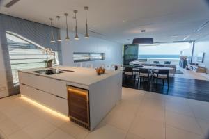 A kitchen or kitchenette at Kata Rocks