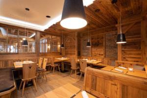 Ein Restaurant oder anderes Speiselokal in der Unterkunft Hotel Adler