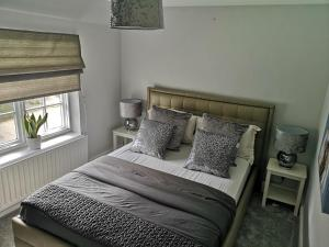 A bed or beds in a room at Cavell Cottage
