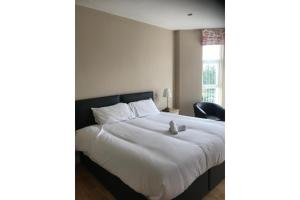 A bed or beds in a room at OYO The Linen House