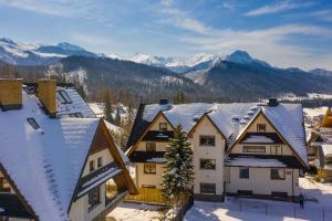 "28e Cyrhla Apartamenty widokowe ""u Homera"" during the winter"
