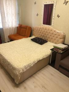 A bed or beds in a room at 2 комнатные Apartment on Strelkovoy Divizii