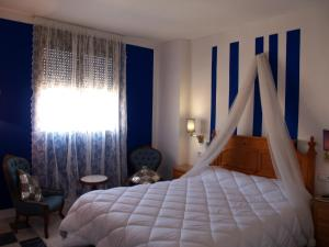 A bed or beds in a room at Hotel Corona de Atarfe