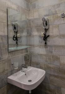 A bathroom at GALLERY INN (ГАЛЕРЕЯ ОТЕЛЬ)