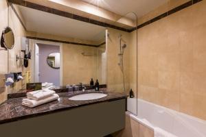 A bathroom at Aparthotel Adagio Paris Haussmann