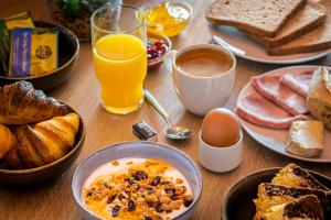 Breakfast options available to guests at Aparthotel Adagio Access Paris Massy Gare