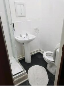 A bathroom at Parkview Hotel And Guest House