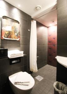 A bathroom at Skanstulls Hostel