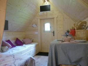 A bed or beds in a room at Les cabanes de Kerellou