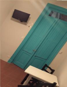 Una televisión o centro de entretenimiento en La Barca Hotel
