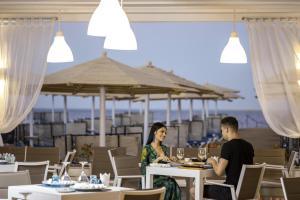 مطعم أو مكان آخر لتناول الطعام في Sunrise Holidays Resort -Adults Only