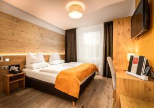 A bed or beds in a room at Leipziger Hof Innsbruck