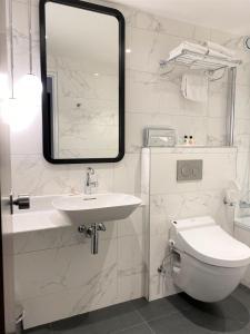 A bathroom at Edouard 6 Montparnasse