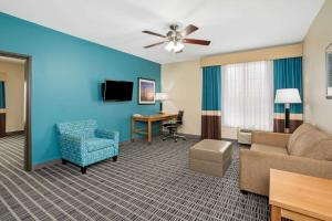 A seating area at La Quinta by Wyndham Houston Willowbrook