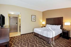 A bed or beds in a room at La Quinta Inn & Suites by Wyndham LV Tropicana Stadium