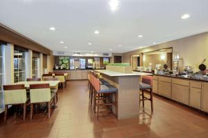 A restaurant or other place to eat at La Quinta Inn & Suites by Wyndham LV Tropicana Stadium