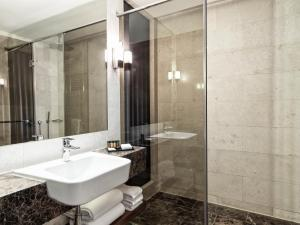 A bathroom at Metropol Palace, a Luxury Collection Hotel, Belgrade