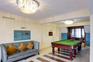 A billiards table at Summit Golden Crescent Resort & Spa