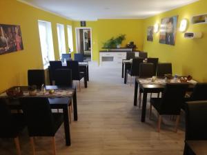 Ein Restaurant oder anderes Speiselokal in der Unterkunft Hotel Altes Badehaus