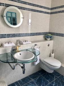A bathroom at Trunkwell House Hotel