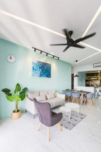 A seating area at The Top Seaview @ 3 Bedroom Arte S @ 500MbpsWIFI @ 3房式豪华海景公寓