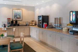 A kitchen or kitchenette at La Quinta by Wyndham Fort Myers Airport