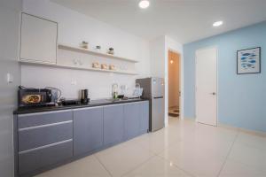 A kitchen or kitchenette at Arte S @ 3 Bedrooms Holiday Apartment @ 3房式度假公寓