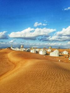 Ein Strand an oder in der Nähe of luxury tent