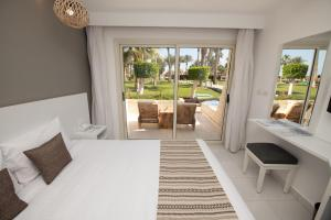A bed or beds in a room at Meraki Resort (Adults Only)