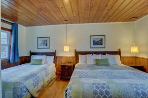 A bed or beds in a room at Cape Pines Motel Hatteras Island