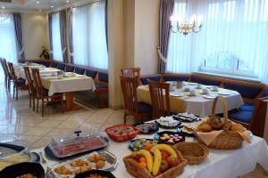 Ein Restaurant oder anderes Speiselokal in der Unterkunft Hotel Bachwiesen