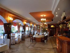 A restaurant or other place to eat at Pensjonat Angela
